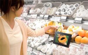 デジタルサイネージ導入例 陳列棚に設置し売り場の販売促進に